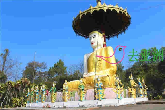 寺院内最大的露天坐佛跟前,只见这座坐佛头戴斗笠