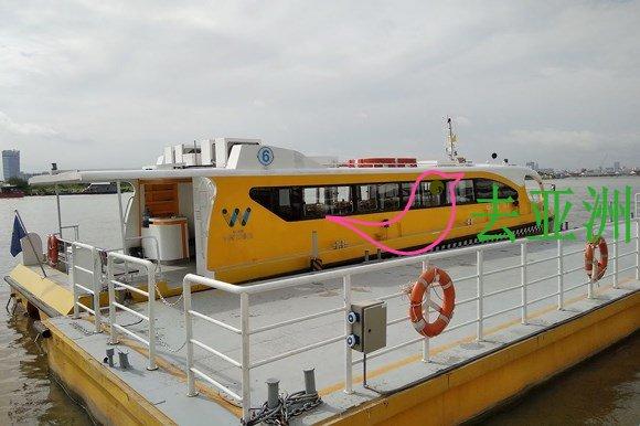 西貢水上巴士遊内河,船票為1萬5000越南元,70歲以上可免費乘搭