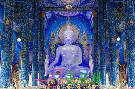 走进蓝庙的庙堂,一尊白色的大佛慈祥的注视着世人