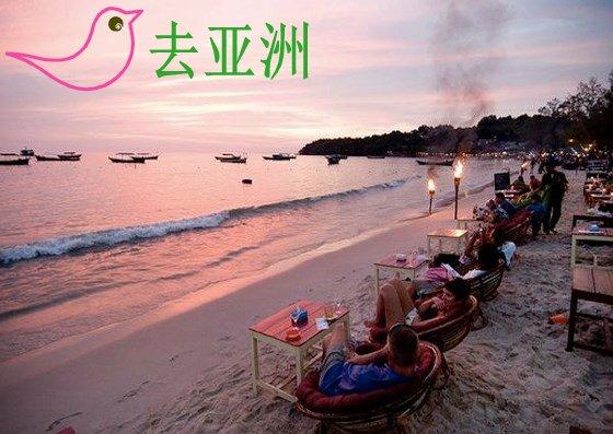 在沙滩上边用餐边欣赏日落景色