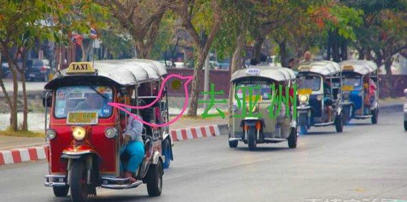 在柬埔寨坐着嘟嘟车,看着一路上的风景,街景